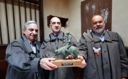 Manuel Linares, Francisco Pérez y Mariano González ayer con el galardón. / PABLO NOSTI
