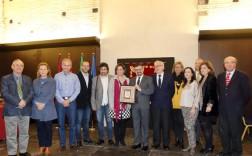 El nuevo cronista oficial, Julián Hurtado de Molina, en el centro, con la alcaldesa y representantes municipales. / JOSÉ MARTÍNEZ