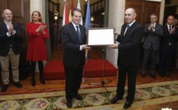 Ceferino de Blas recibe del alcalde el título de cronista de la ciudad. // R. G.