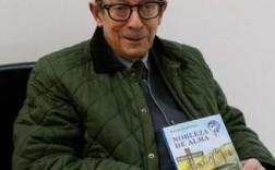 Herminio Ramos con su primera novela. / Foto Javier de la Fuente