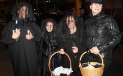 Por la izquierda, Carmen López, Luna Suárez, Belén López y Violeta Arévalo, de luto, con anís y rosquillas.