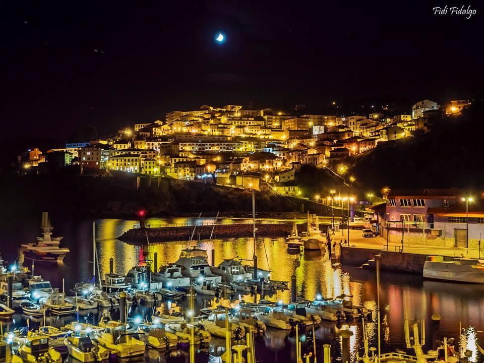 Nocturno de la villa y puerto de Lastres. / Foto de FIDI FIDALGO