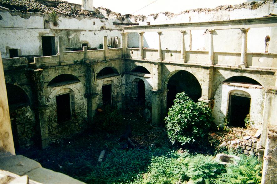 Vista general del claustro antes de las obras.