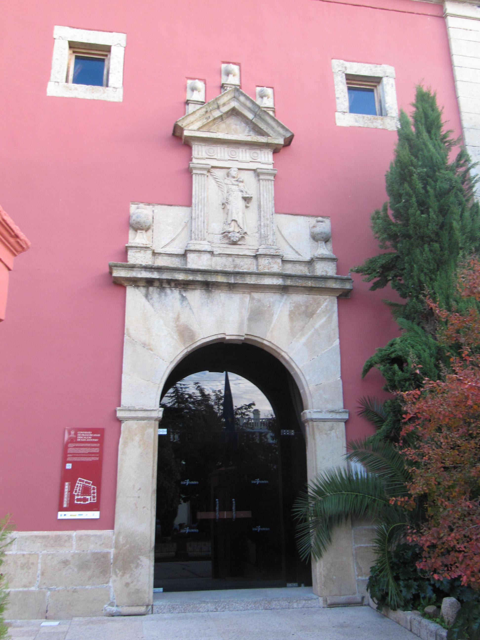 Portada de la iglesia conventual, ya restaurada.