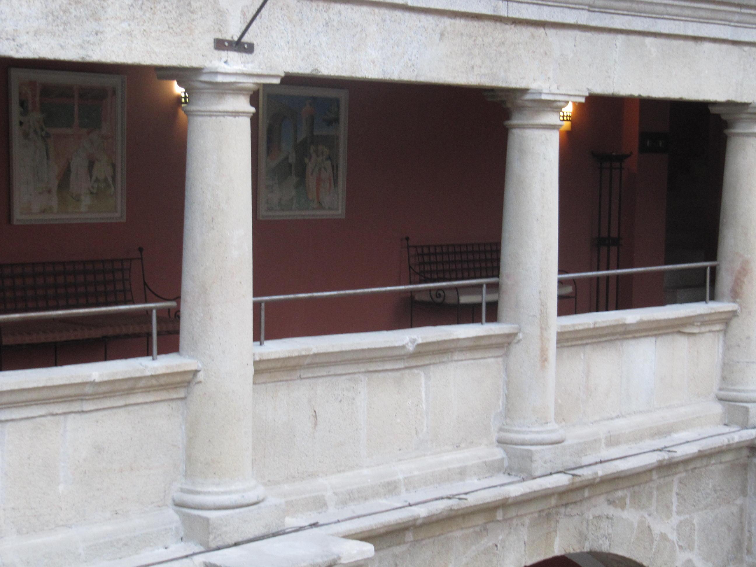 Detalle de las columnas del claustro.
