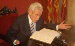 El periodista Luis del Olmo, ayer, durante ela firma en el libro de honor del ayuntamiento. / Foto: alfonso rovira
