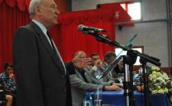 Francisco Rodríguez, durante la presentación del libro en la nave del puerto de Navia. / G. GARCÍA